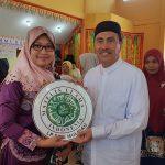 Winda Noferi pemiliki usaha kuliner Dapur Rayyan saat menerima sertifikat halal