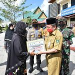 100 Penerima Paket Sembako dan Zakat Profesi  Sambut Ramadhan dan Bhakti Sosial Peduli Covid-19, Polres Bengkalis Bagikan Sembako