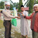 Bhabinkamtibmas Kampung Lubuk Dalam Bagi -Bagi Masker Menjelang Pelaksanaan Sholat Idul Adha