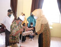 Bantuan sembako dari Ketua PKK Kabupaten Siak Rasidah Alfedri bersama PT BSP untuk masyarakat